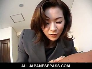Kjempebra japansk milf i an kontor dress licks en stor yonker till climbing aboard
