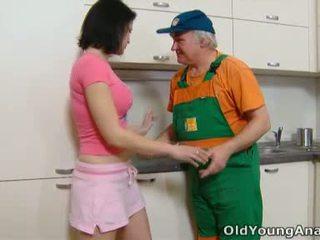 Dasha là waiting trên cô ấy nhà bếp counter alone trong một màu hồng outfit hôm nay