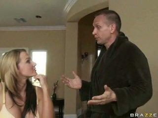 Nikki 과 그녀의 남편 solving 침실 problems