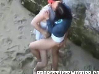 Kuuma tyttö gives a suihinotto sisään julkinen