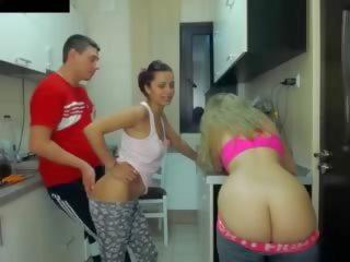 Karstās meitenes seducing the plumber, bezmaksas pusaudze porno 55