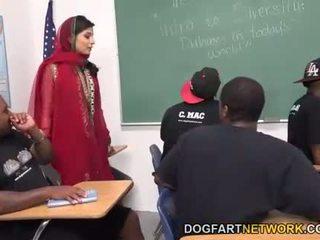 Nadia ali learns a manejar un bunch de negra cocks