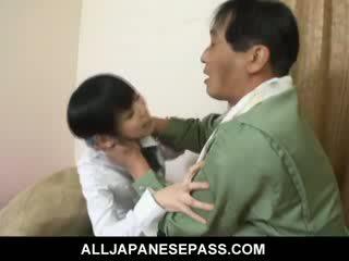 Minami asaka precioso asiática muñeca plays con su grande vegetables