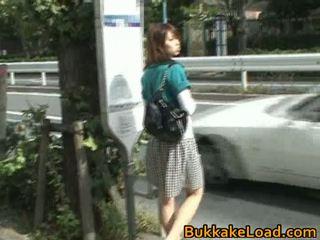 Pievilcīgas aziāti skaistule attacked par a autobuss braukt