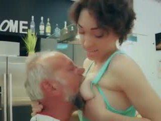 Cutie sekolah gadis pertama waktu hubungan intim tua orang closeup air mani menelan video