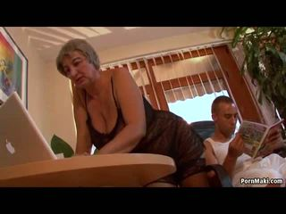 Busty babičky wants mladý čurák, volný zralý porno video f0