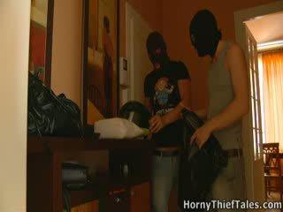 Un de la thieves takes de carla's culottes.