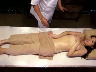 কলেজ বালিকা reluctant যৌন উত্তেজনা দ্বারা masseur