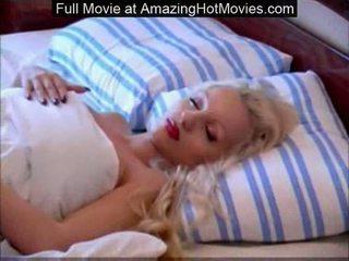 Грудаста поголена білявка goddess сплячий голий розтягування довго le