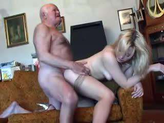 늙은 할아버지 fucks 젊은 금발의