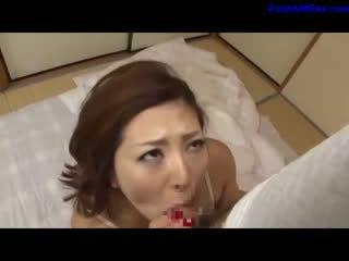 Milf in blank lingerie zuigen en aftrekken af bald guy lul op de mattress in de kamer