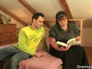 Hij picks omhoog rondborstig boekenwurm rijpere vrouw, porno f8