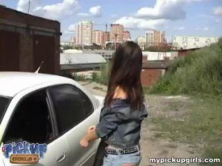 Brunette tiener gets geneukt door strange op de auto bonnet video-