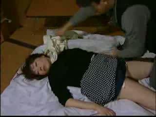 Japoneze shtëpiake knocked jashtë nga intruder dhe har video