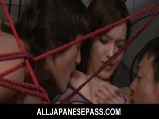 Mei haruka is tied omhoog en takes drie dongs in haar kut en mond.