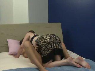Starý suka plays s ju nový mladý priateľka