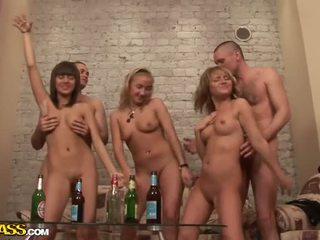Seksuālā kails koledža meitenes dance un jāšanās pie ballīte