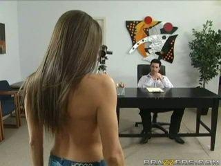امرأة سمراء, اللسان, جميلة الثدي