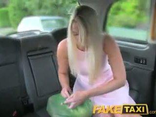 Faketaxi helpful cab driver gives seksi bira bir düz üzerinde arnavutlu