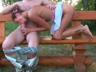 Letã jovem grávida casal a foder em um bench