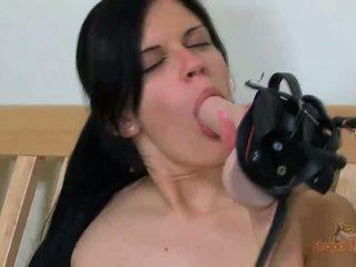 Sexy brunette babe plays met strapon speelbal