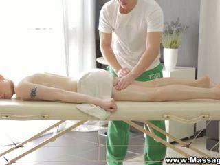 Sekss par a folding masāža tabula