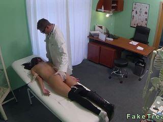امرأة سمراء فم و كس مارس الجنس بواسطة الطبيب