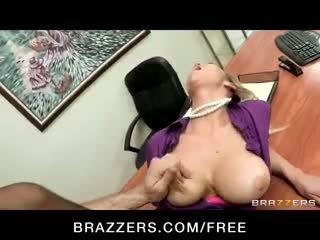 Kimainen big-tit blondi office-slut pornotähti abbey brooks fucks mulkku