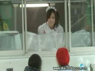 Uzbudinātas japānieši selling hotdogs