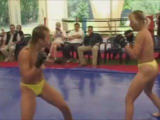Topless sievietes cīņa