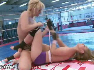 Che cosa è questo disco fica doing dentro il nudefightclub arena.