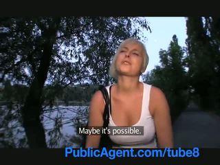 Publicagent vták satie krátky dievča s blondýna vlasy