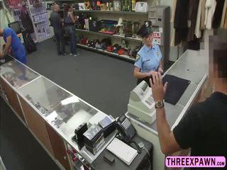 Heerlijk politie vrouw gets geneukt hard van achter in de tafel