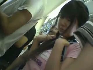 Minirok schoolmeisje betast in trein