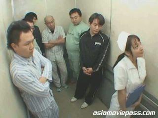 Petite japonais infirmière en elevator abus