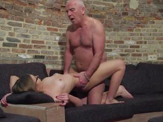 Senas ir jaunas porno - senelis fucks paauglys putė fingers jos twat ir nuleidimas