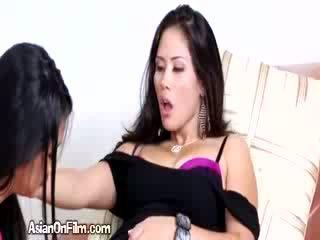 Geil aziatisch lesbisch fingers sexy vriendin in bikini tanga