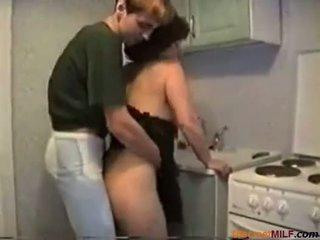 妈妈 性交 在 她的 厨房