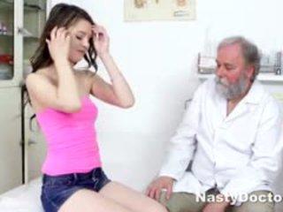 Jauns brunete comes līdz gynecologist