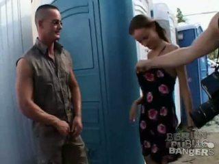 Two kuum brünett tüdrukud giving two stiff bazookas a suhuvõtmine sisse avalik