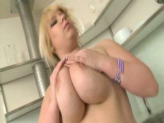 Junior blondīne nobriedušas demonstrates viņai curves iekšā virtuve