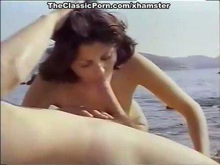 Clásico porno para sexy chica en la seashore