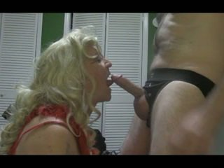 Blond crossdresser blows stor kuk hardt