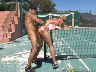 Angelic बस्टी ब्लोंड tenis खिलाड़ी गड़बड़ कठिन द्वारा एक विशाल कॉक और getting कमशॉट