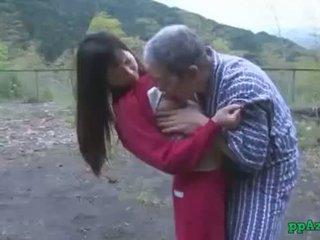 Asiática gaja getting dela cona licked e fodido por velho homem ejaculações para cu ao ar livre em