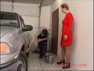 Krievi pieauguša un puika blondīne apģērbta sievete kails vīrietis eiropieši aptaustīšana laizīšana