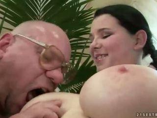 Heureux grand-père baise avec gros seins ado