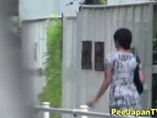 Giapponese hottie pisses outdoors