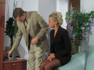 Blondīne sekretāre fucked uz the pakaļa