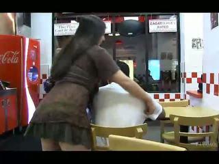 Nadine indah si rambut coklat dengan lama rambut flashing payu dara dan faraj dan pantat/ punggung dalam awam
